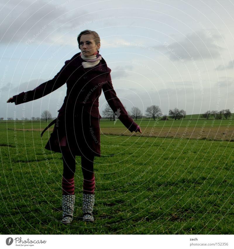 gefühlte Kälte Frau Mensch Jugendliche Winter Wolken kalt Wiese Traurigkeit Feld Trauer Mantel