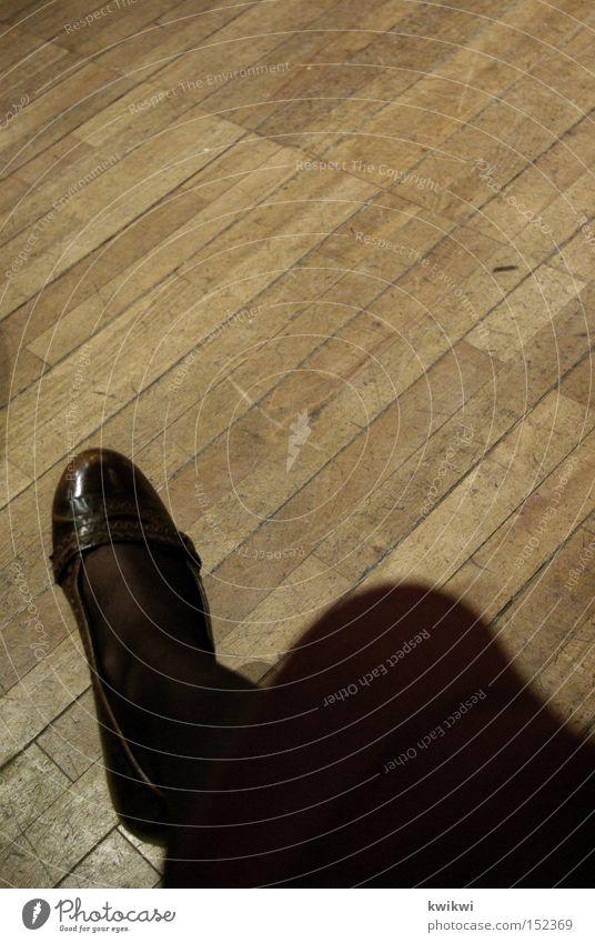 tanzschuh Frau Schuhe Tanzen elegant Boden Bodenbelag Kleid Strumpfhose edel Parkett
