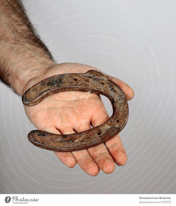 eine Handvoll Glück Mensch Hand grau Glück natürlich Metall Zufriedenheit Arme Erfolg Finger Glaube Rost Optimismus Volksglaube Glücksspiel Hufeisen