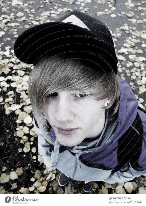emo.tion Mensch Mann Jugendliche Gesicht Blatt kalt Herbst grau Haare & Frisuren trist violett Mütze Hardcore