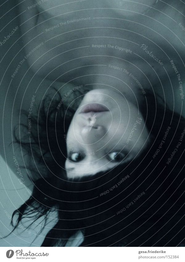 gefühlskalt Frau Mensch Wasser dunkel Traurigkeit Körper Trauer Verzweiflung Badewanne Hoffnungslosigkeit