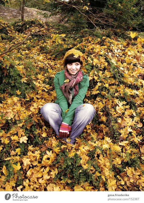 das meer sehen Frau Mensch Freude Blatt gelb Herbst Glück lachen Zufriedenheit Jahreszeiten harmonisch
