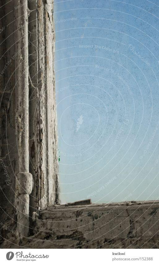 mal wieder fenster putzen? alt Himmel Fenster dreckig Vergänglichkeit verfallen Staub baufällig Jahrhundert 1900