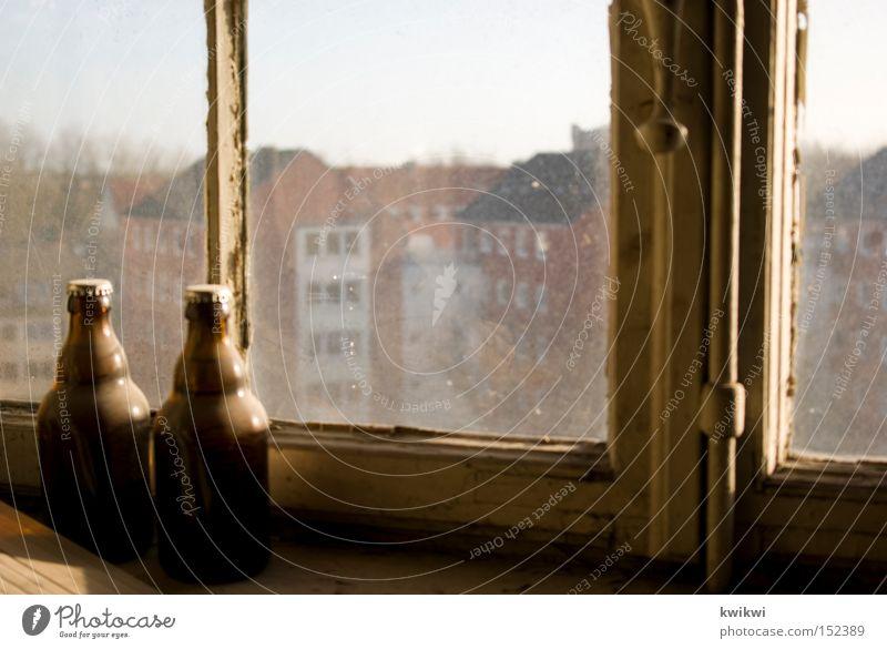 bauarbeiterpause 1978 Bier Pause Fenster alt baufällig Renovieren verfallen Stadt Aussicht Haus Häusliches Leben Vergänglichkeit Handwerk