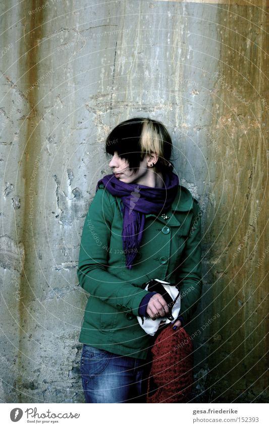 weg sehen Frau Mensch Einsamkeit Farbe dunkel Traurigkeit Farbstoff Mauer dreckig gehen Trauer trist Verzweiflung verwüstet