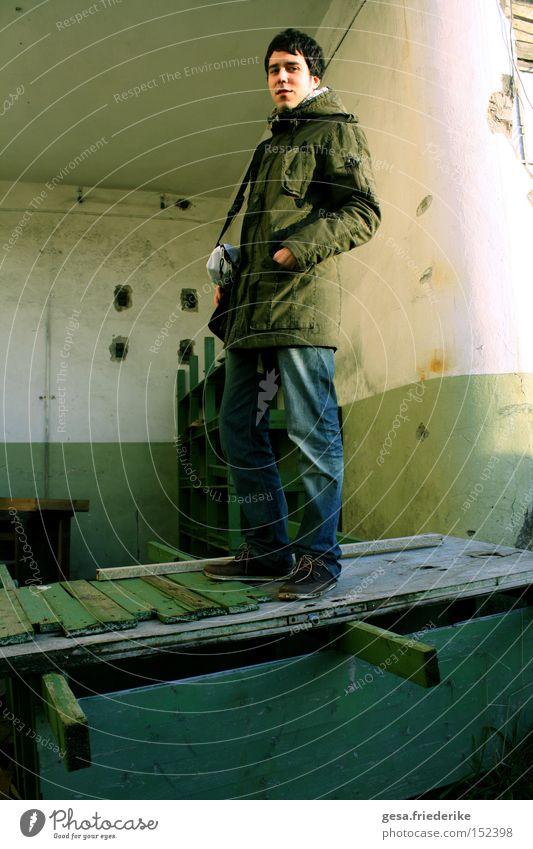der sonne entgegen Mensch Mann Wand Holz Mauer hell Hoffnung trist kaputt verfallen brechen Optimismus morsch Optimist