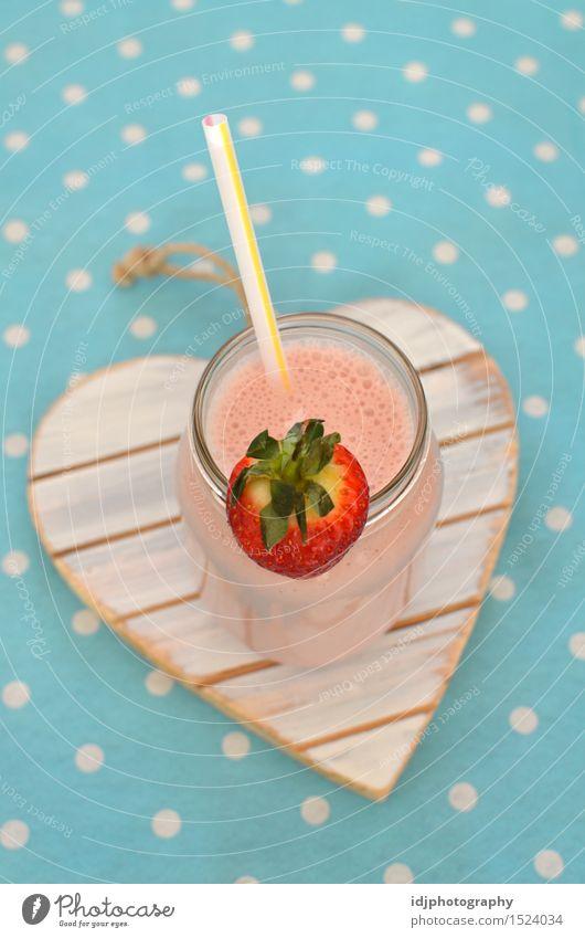 Selbst gemachter Erdbeermilchshake mit Stroh Sommer kalt Gesundheit Lifestyle Frucht frisch Glas Ernährung Energie Getränk süß trinken Frühstück Erfrischung