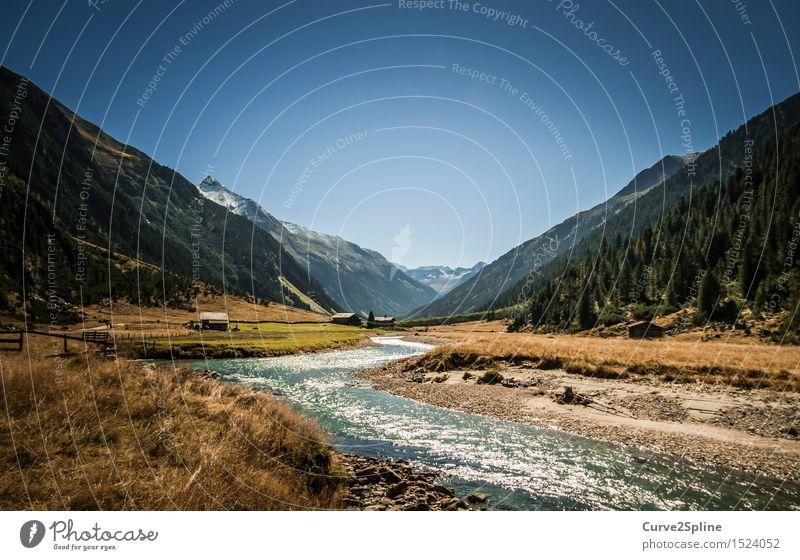 Unten am Fluss Landschaft braun Berge u. Gebirge Flußbett Himmel Wolkenloser Himmel Haus Hütte Österreich Herbst herbstlich Ferne Tal Schnee Gipfel