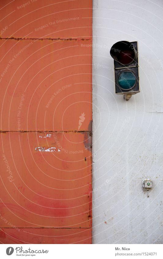 gleich gehts los Technik & Technologie Ampel orange rot weiß Tor Einfahrt Fassade Industrieanlage Türöffner Schiebetor Metalltür Mauer warten Ausfahrt