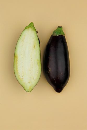 Aubergine... Zack! Kunst Kunstwerk ästhetisch Gemüse Gesunde Ernährung ökologisch Bioprodukte Hälfte Design beige Symmetrie Hülle 2 geschnitten Farbfoto