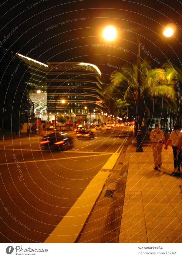 Singapur's Einkaufsstraße bei Nacht Erfolg Verkehr Singapore Fußgängerzone