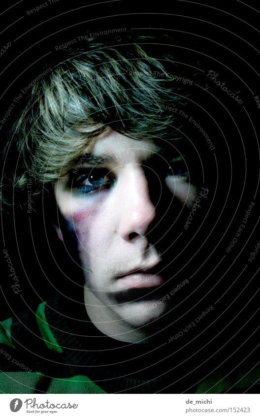 dunkel böse Trauer schwarz grün blau Bluterguss grün-schwarz Schatten Porträt Selbstportrait Low Key Verzweiflung Traurigkeit Blaues Auge (Bluterguß) Wunde