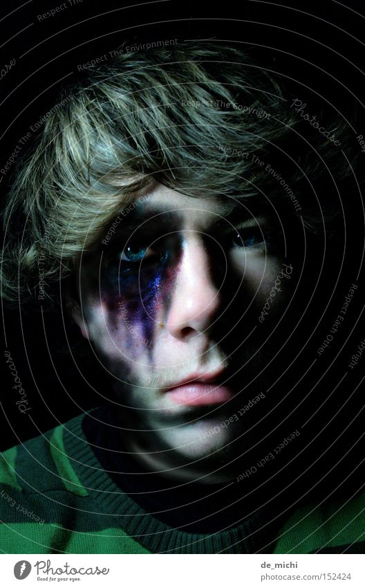 dunkler? dunkel böse Trauer schwarz grün blau Bluterguss grün-schwarz Schatten Porträt Selbstportrait Low Key Verzweiflung Traurigkeit Blaues Auge (Bluterguß)