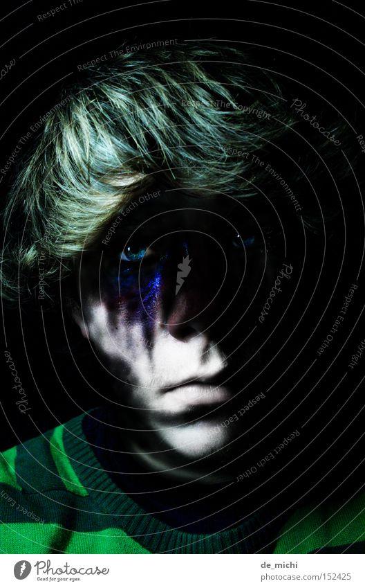 am dunkelsten?!? böse Trauer schwarz grün blau Bluterguss grün-schwarz Schatten Porträt Selbstportrait Low Key Verzweiflung Traurigkeit Blaues Auge (Bluterguß)