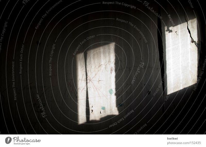 marodesschattenwandspiel Schatten Wand Licht dunkel Fenster Tapete baufällig verfallen alt dreckig Häusliches Leben