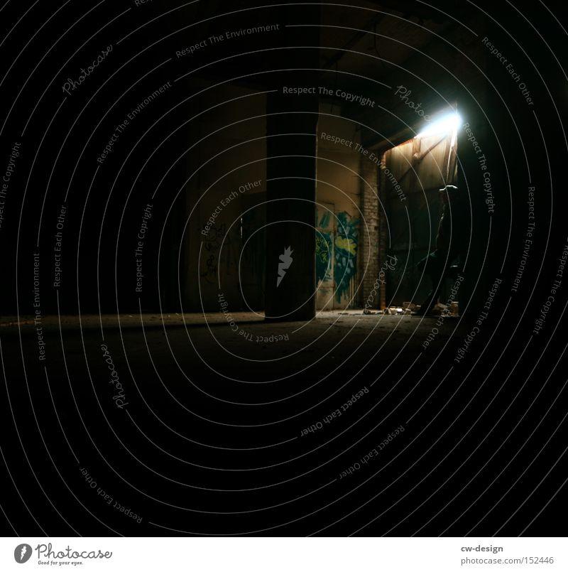 SOHN DER FINSTERNIS dunkel Mensch Licht Lichtkegel Lichtschein Schatten Kerl Lampe Pfosten Einfahrt Einsamkeit Graffiti gefährlich Angst verfallen Langeweile