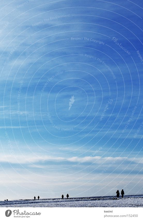 _________II____II______II____ Mensch Himmel weiß blau Winter Wolken Schnee Menschengruppe Landschaft Feld Horizont Spaziergang Strommast Furche