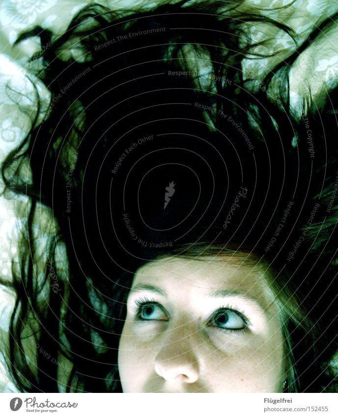 Hast du etwa Angst? Haare & Frisuren Frau Erwachsene Auge schwarz weiß Tod Geister u. Gespenster Leiche Panik Spannung Kriminalroman bläulich Autopsie Blick