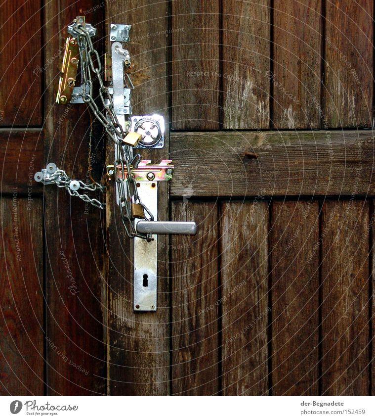 Verrammelt Tür Schloss Verschluss Holz Holzbrett geschlossen verbarrikadiert Griff Beschläge Kette Vergänglichkeit Basteln verfallen Sicherheit Angst Panik Tor
