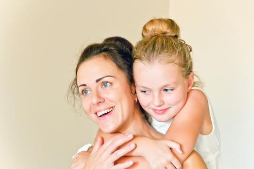 Mutter und Tochter in Weiß Kind Schulkind Mädchen Frau Erwachsene Eltern Familie & Verwandtschaft Kindheit 2 Mensch 8-13 Jahre 18-30 Jahre Jugendliche brünett