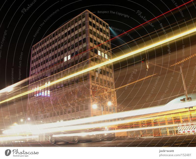 Haus des Lehrers bei Nacht Fassade Sehenswürdigkeit Verkehrswege Ampel PKW fahren Geschwindigkeit Mobilität Lichtspiel DDR Kunstlicht Langzeitbelichtung Low Key