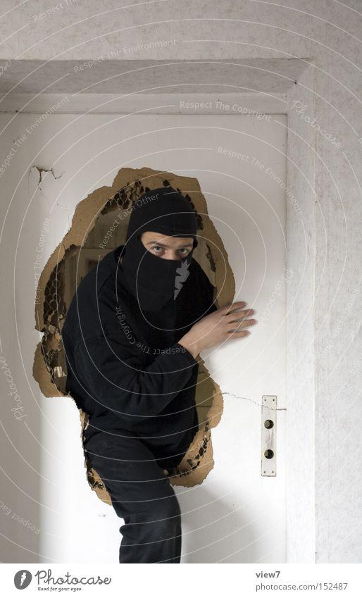 Einstieg Mann ruhig Angst Tür Krimineller kaputt Maske Gewalt Panik Dieb Vorsicht Kriminalität Einbruch Alarm eintreten