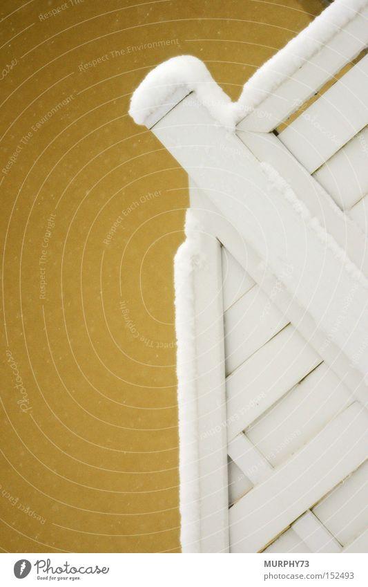 Schnee auf der Trennwand weiß Winter gelb Wand Linie Ecke Pfosten gerade