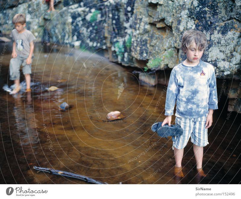 34 [die zweiten zähne kommen] Kind Wasser Sommer Gefühle Junge Stein Denken Felsen Kindheit Fluss Konzentration entdecken Bach erleben Naturliebe Naturerlebnis
