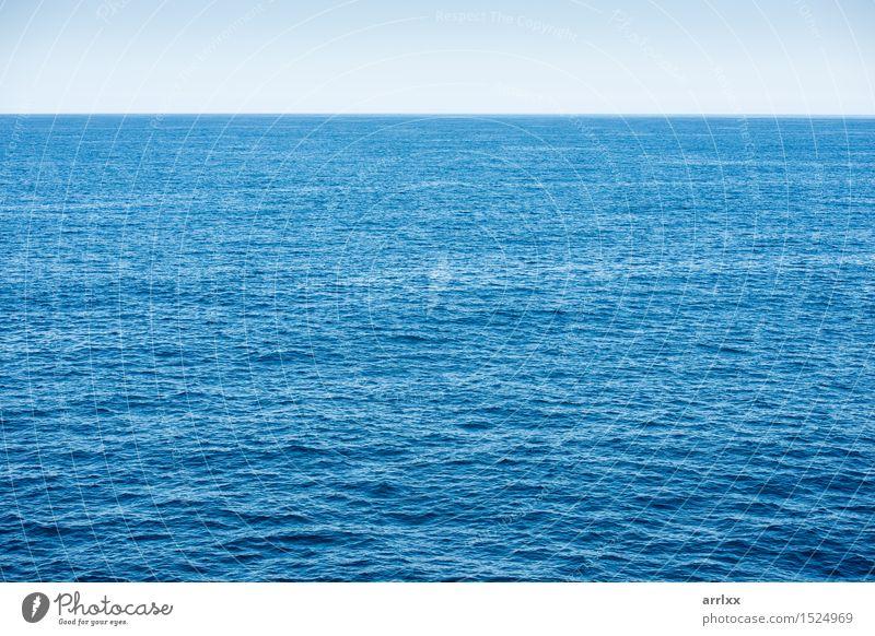 Blauer Ozeanhintergrund mit blauem Himmel Ferien & Urlaub & Reisen Meer Umwelt Natur Landschaft Wasser Horizont Klima Klimawandel Wetter Wellen dunkel natürlich