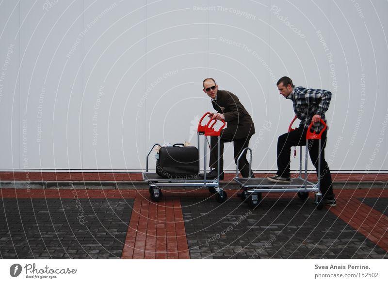 kein gerede nur die tat Erfolg Business maskulin Junger Mann Jugendliche Erwachsene 2 Mensch 18-30 Jahre Einkaufswagen Anzug Koffer laufen weiß Rennsport