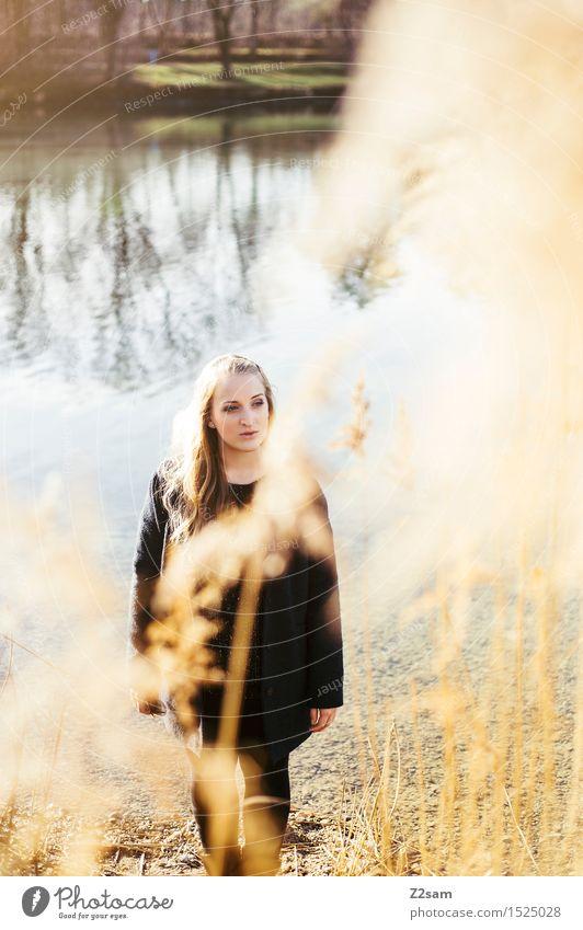 So mag sie winter Lifestyle elegant feminin Junge Frau Jugendliche 18-30 Jahre Erwachsene Natur Landschaft Sonne Herbst Winter Schönes Wetter Sträucher