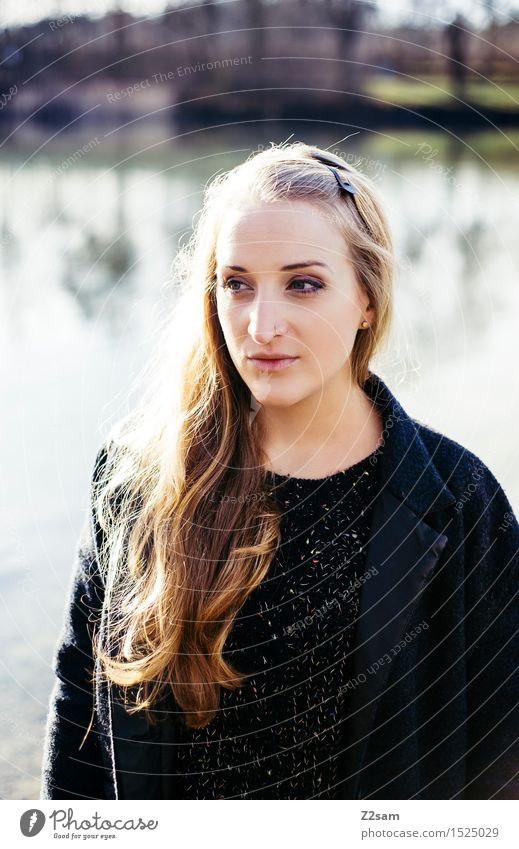 Herbstportrait Lifestyle elegant Stil Junge Frau Jugendliche 18-30 Jahre Erwachsene Landschaft Sonne Sonnenlicht Schönes Wetter Sträucher Schilfrohr Seeufer