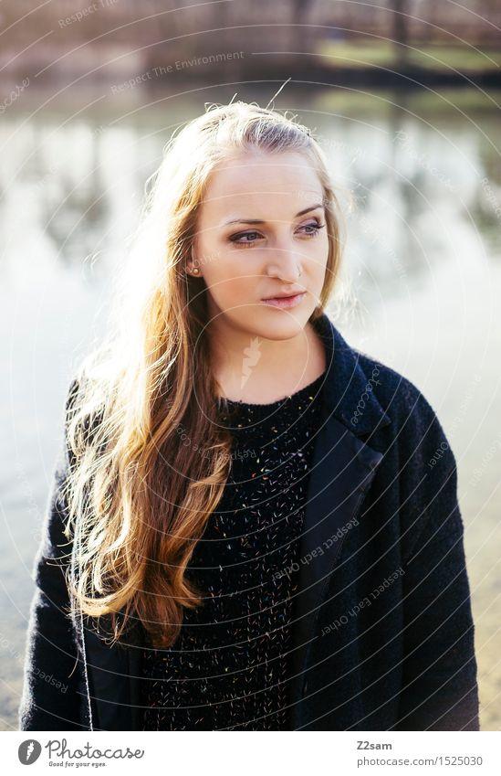 Dreamer elegant Stil feminin Junge Frau Jugendliche 30-45 Jahre Erwachsene Natur Landschaft Herbst Sträucher Schilfrohr Seeufer Mantel Piercing blond langhaarig