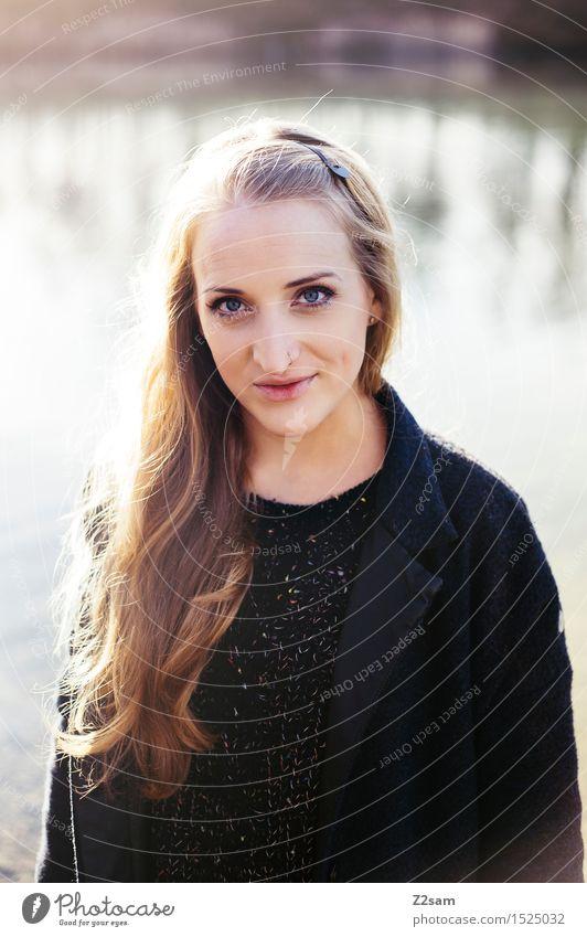 Mädchen. feminin Junge Frau Jugendliche 1 Mensch 18-30 Jahre Erwachsene Herbst Seeufer Mantel blond langhaarig Lächeln Blick stehen Freundlichkeit nah schön