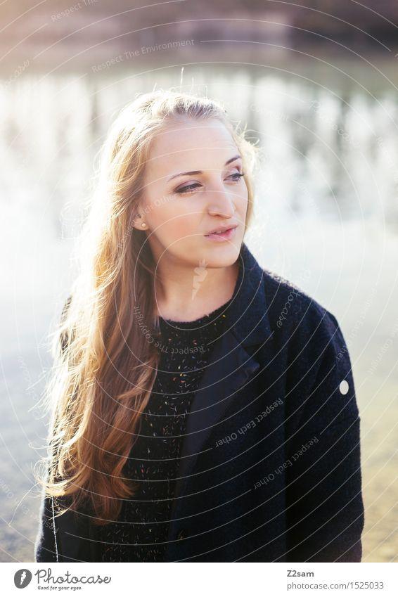 Sonnenkind Lifestyle elegant Stil feminin Junge Frau Jugendliche 18-30 Jahre Erwachsene Landschaft Frühling Schönes Wetter Schilfrohr Seeufer Mode Mantel blond