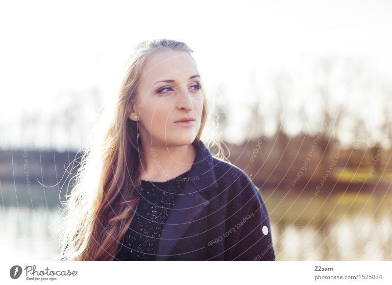 Wie sie ist Lifestyle elegant Stil feminin Junge Frau Jugendliche 18-30 Jahre Erwachsene Natur Sonne Herbst Schönes Wetter Baum Sträucher Seeufer Mantel