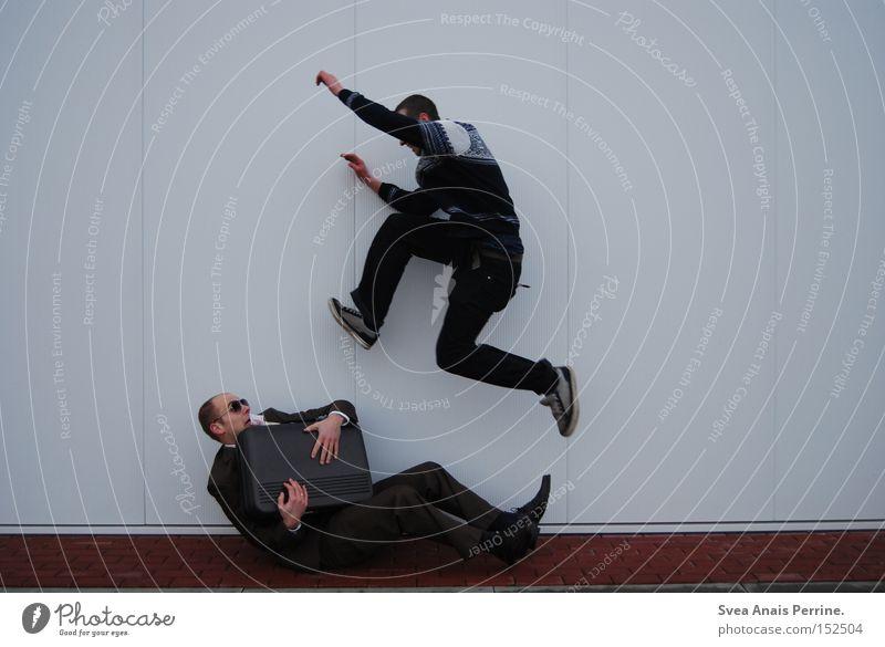 Macht kaputt was euch kaputt macht Freude Business Junger Mann Jugendliche Erwachsene 2 Mensch 18-30 Jahre Anzug Koffer springen lustig reich weiß schick