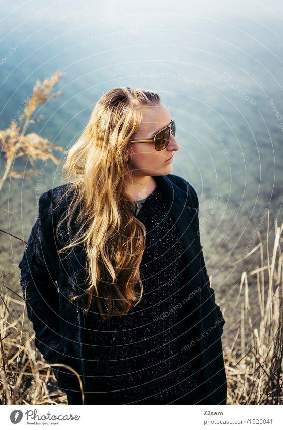 Der Frühling kommt Lifestyle elegant Stil feminin Junge Frau Jugendliche 18-30 Jahre Erwachsene Natur Landschaft Sonne Herbst Sträucher Seeufer Mode Mantel
