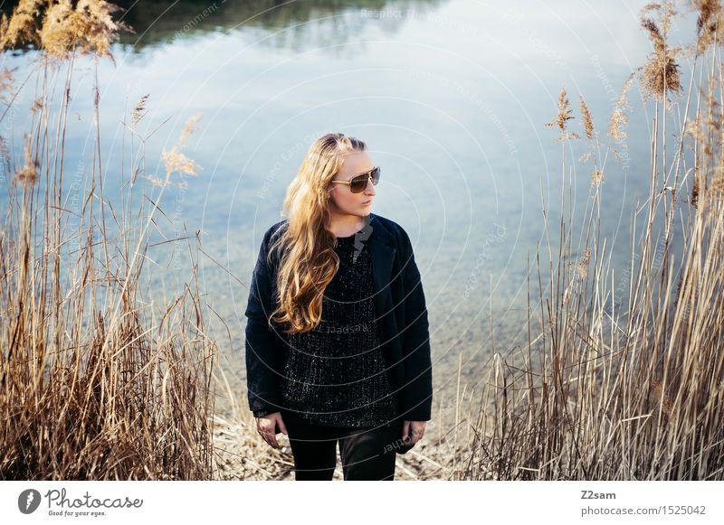 Herbst 2015 Lifestyle elegant Stil feminin Junge Frau Jugendliche 18-30 Jahre Erwachsene Natur Landschaft Schönes Wetter Sträucher Schilfrohr Seeufer Mantel