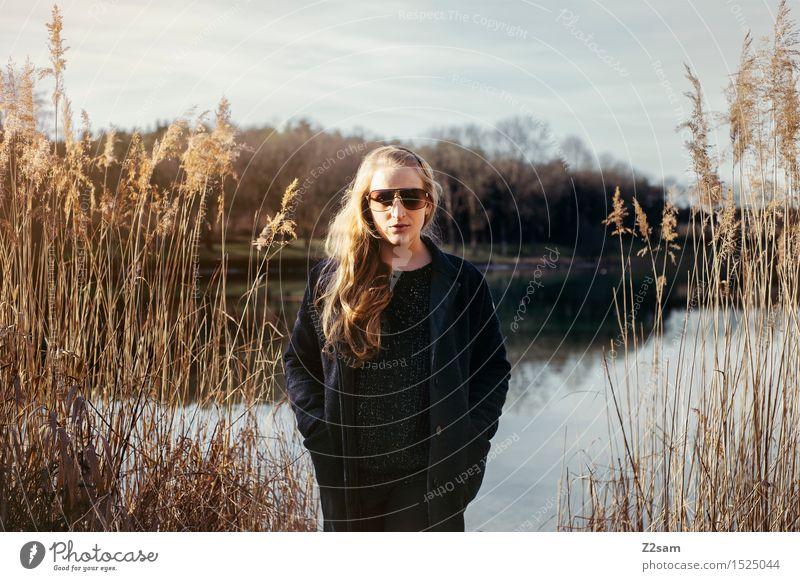 Auszeit Lifestyle elegant Stil feminin Junge Frau Jugendliche 18-30 Jahre Erwachsene Natur Landschaft Sonne Herbst Winter Schönes Wetter Sträucher Seeufer Mode