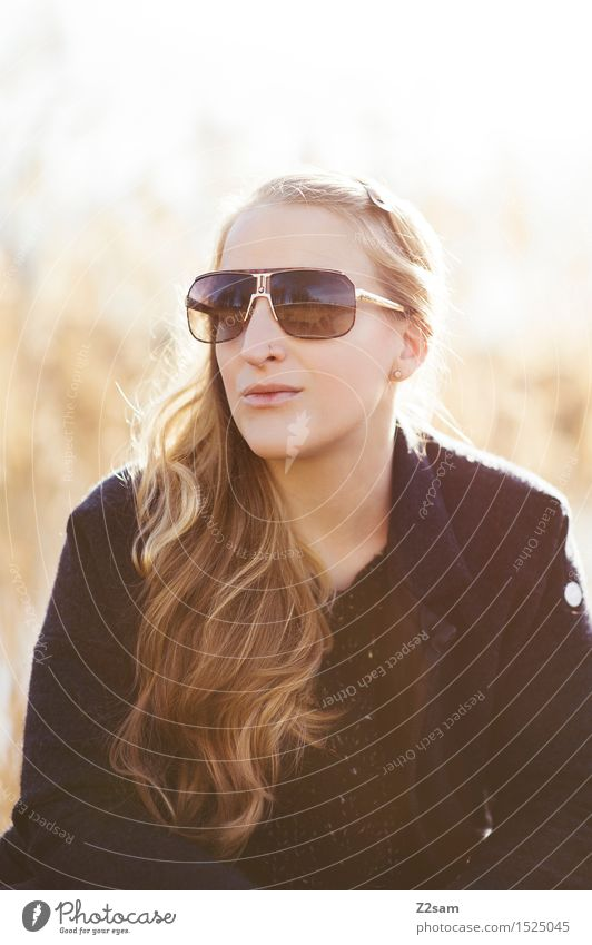 Sonne, mag ich elegant Stil schön feminin Junge Frau Jugendliche 18-30 Jahre Erwachsene Umwelt Landschaft Herbst Schönes Wetter Mode Mantel blond langhaarig