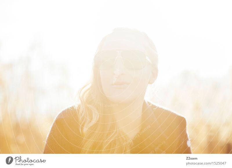 Sonnenkind Lifestyle feminin Junge Frau Jugendliche Natur Landschaft Winter Schönes Wetter See Mantel Sonnenbrille blond langhaarig Erholung genießen träumen