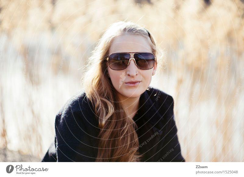 Du so? feminin Junge Frau Jugendliche 1 Mensch 18-30 Jahre Erwachsene Natur Schilfrohr Seeufer Mantel Sonnenbrille Lächeln Blick Coolness frech schön modern