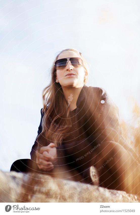 Chilltag Lifestyle elegant Stil feminin Junge Frau Jugendliche 18-30 Jahre Erwachsene Natur Landschaft Himmel Schönes Wetter Sträucher Seeufer Mantel Piercing