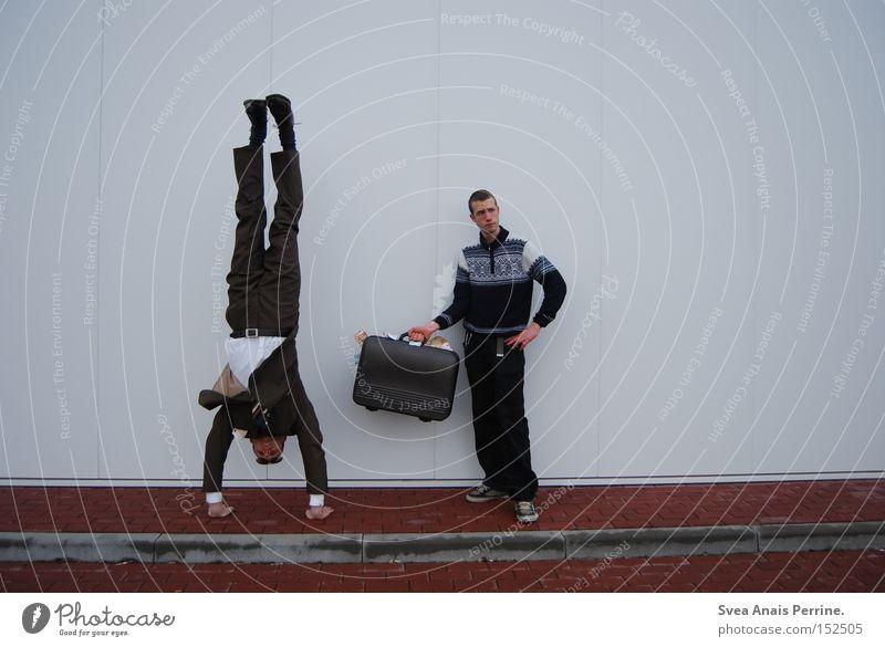 happy, happy unemployed Erfolg Business maskulin Junger Mann Jugendliche Erwachsene 2 Mensch 18-30 Jahre Hemd Anzug Koffer festhalten stehen weiß Macht