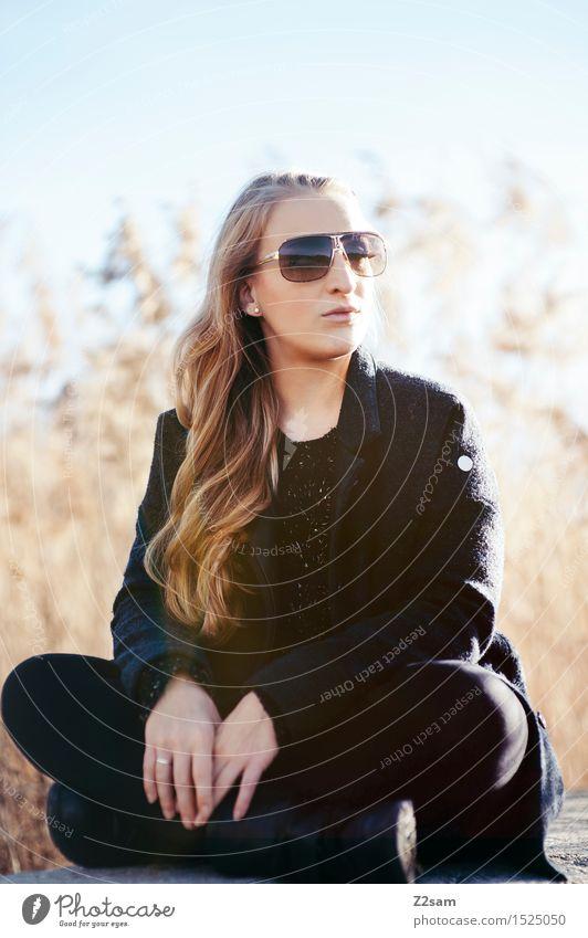 Nochmal Sonne tanken Natur Jugendliche schön Junge Frau Landschaft Erholung Herbst natürlich Lifestyle Stil Freiheit Mode elegant blond Idylle genießen