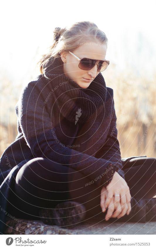 Sad Lifestyle elegant Stil feminin Junge Frau Jugendliche 30-45 Jahre Erwachsene Natur Landschaft Horizont Sonnenlicht Winter Schönes Wetter Baum Sträucher See