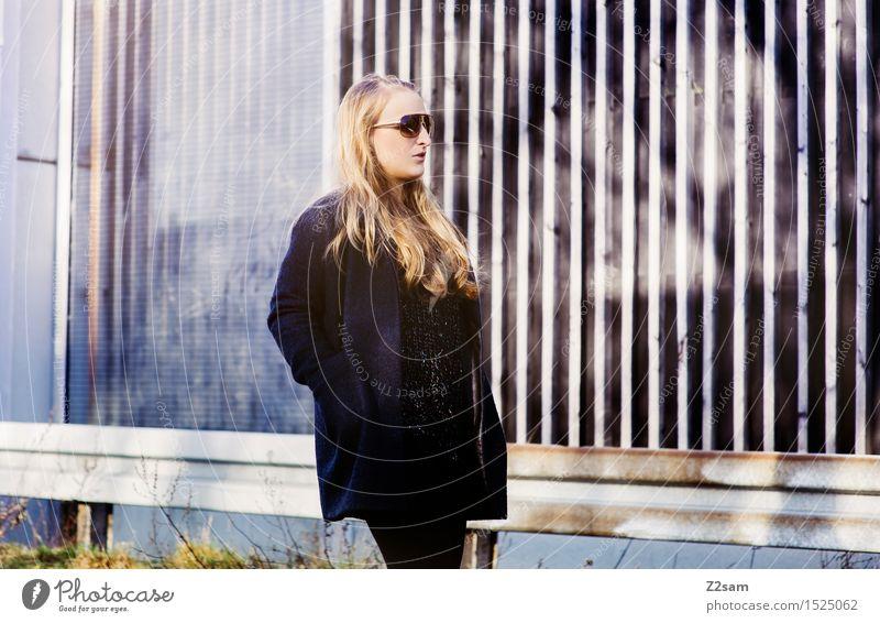 Straight forward feminin Junge Frau Jugendliche 30-45 Jahre Erwachsene Stadt Mode Mantel Sonnenbrille blond langhaarig gehen Coolness trendy schön modern
