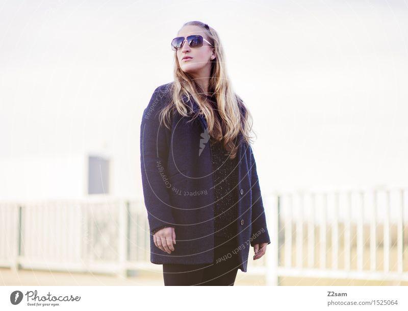 Herbstkollektion Lifestyle elegant Stil feminin Junge Frau Jugendliche 30-45 Jahre Erwachsene Winter Schönes Wetter Stadtrand Brücke Mantel Sonnenbrille blond