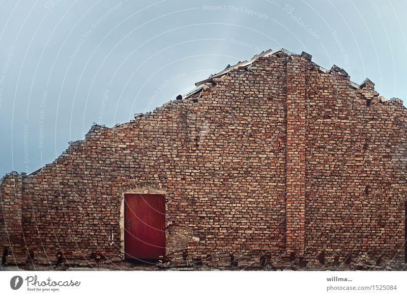 die entdeckung des daches Haus Bauwerk Gebäude Architektur Ruine Abrissgebäude Mauer Wand Backsteinwand Ziegelbauweise Tür Verfall Vergänglichkeit Baustelle